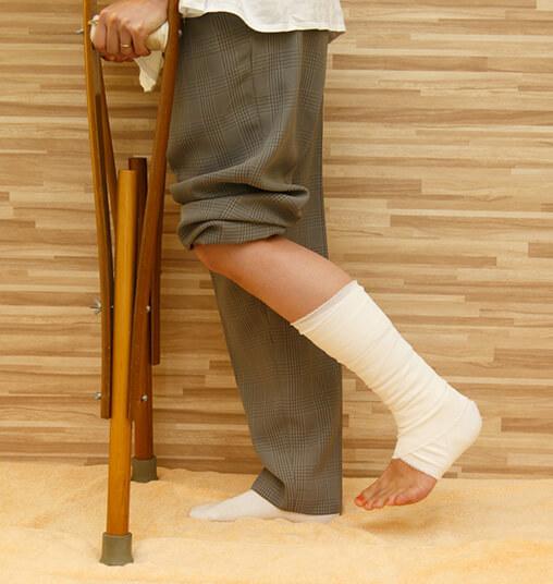 左足首を怪我し松葉杖をついた写真